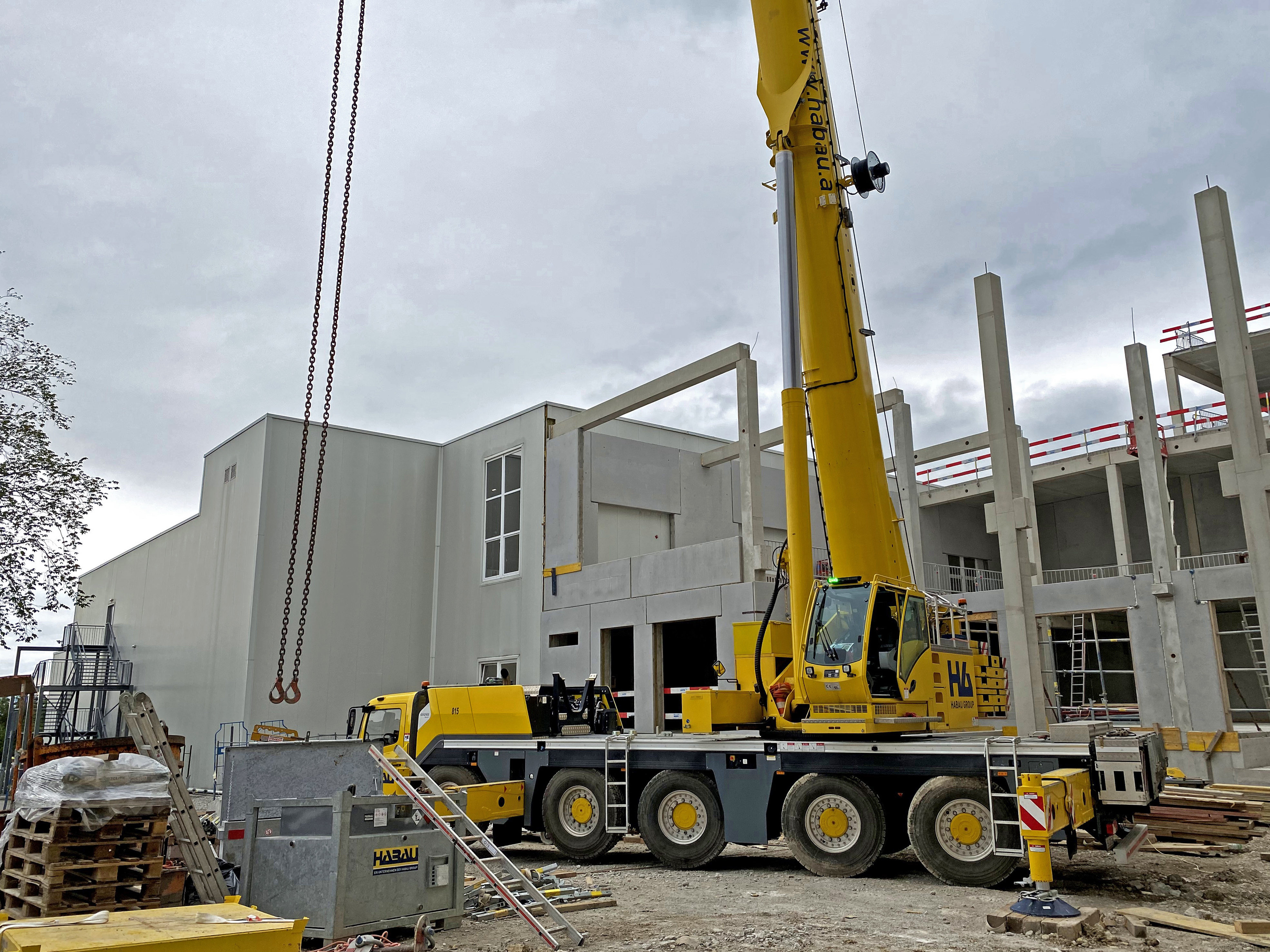 HABAU's Grove GMK5150L lifting columns, beams, and wall and ceiling elements at a job site in Austria in 2020.