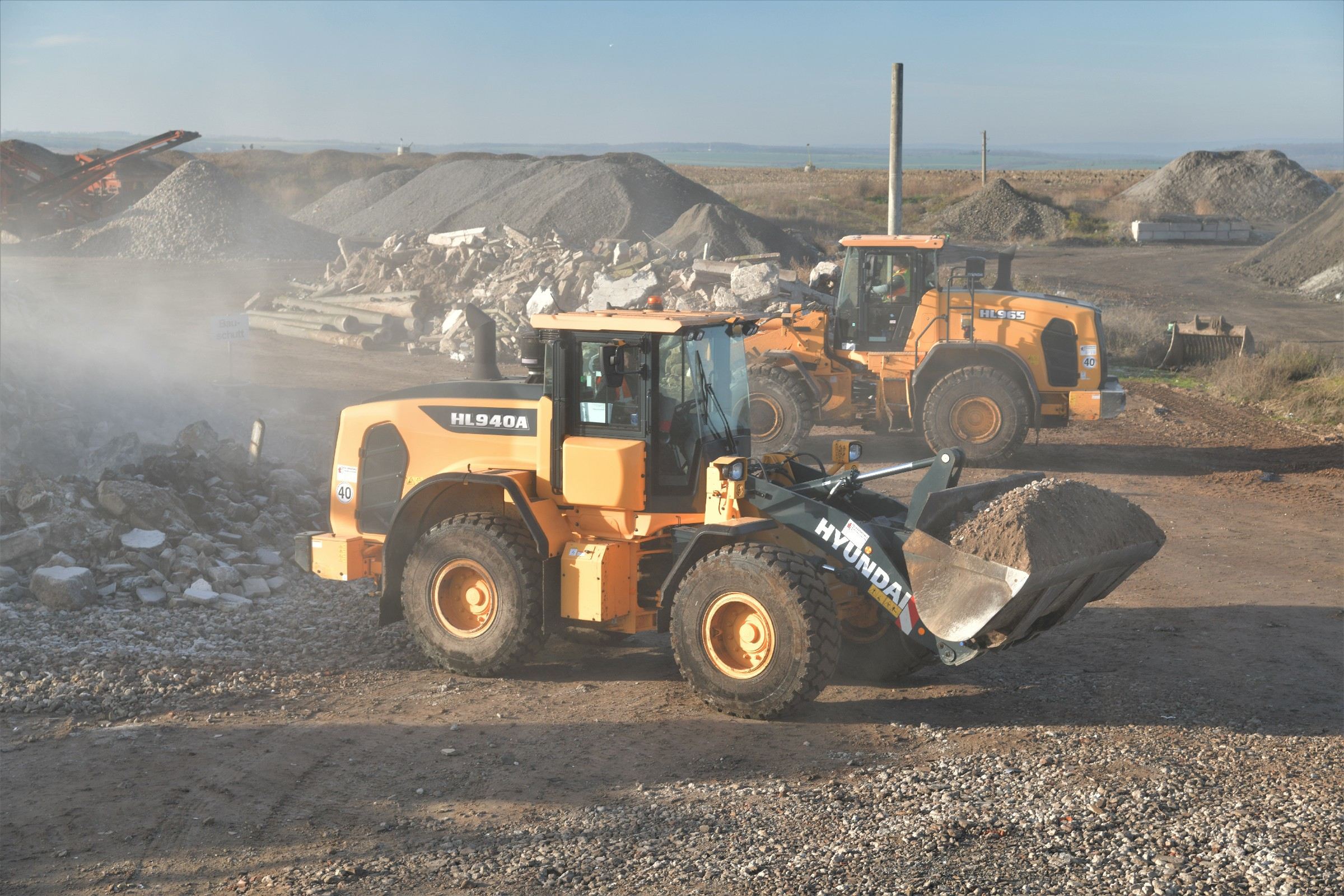With its 2.5-m3 bucket and a reach dumping height of 2.765 mm, this loader is capable of loading even large quantities of recyclable materials.