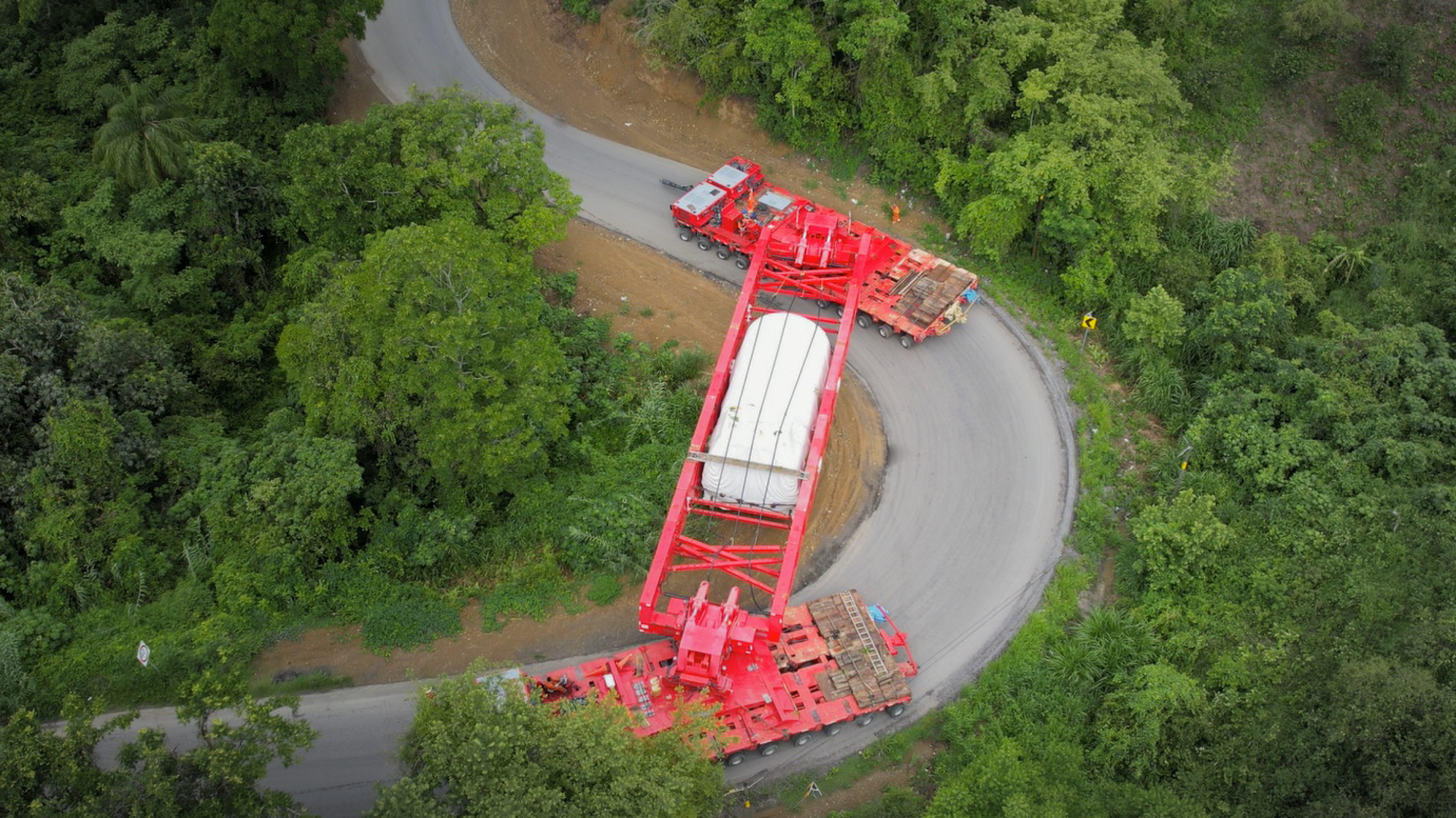 Extremely narrow hairpin turns could be handled without trucks thanks to »ADDRONIC« and »ADDRIVE«