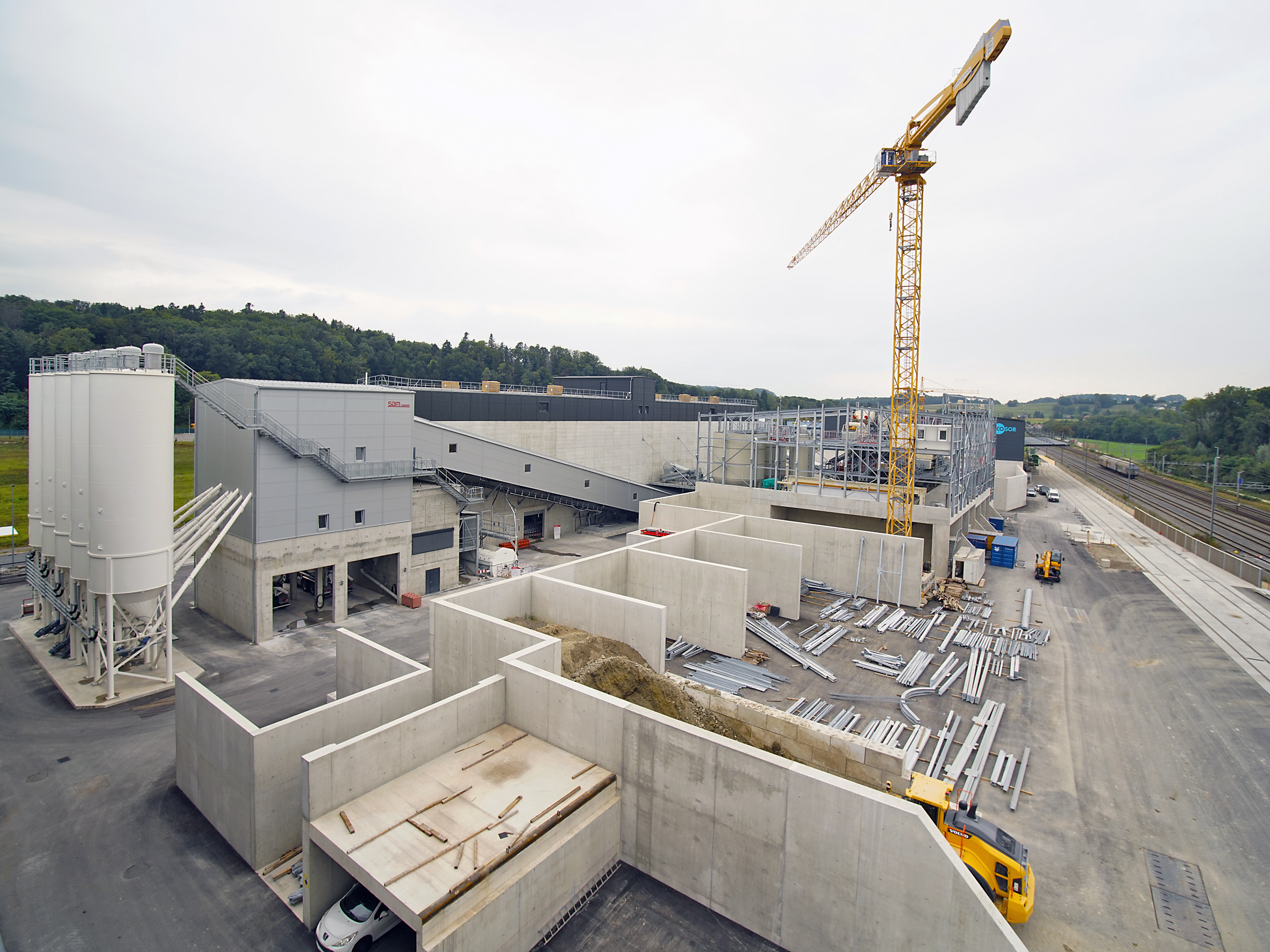 The BGO complex is easily accessible directly on the passing Cantonal road and is supplied via the bunker extractors for trucks and block trains at the track access.