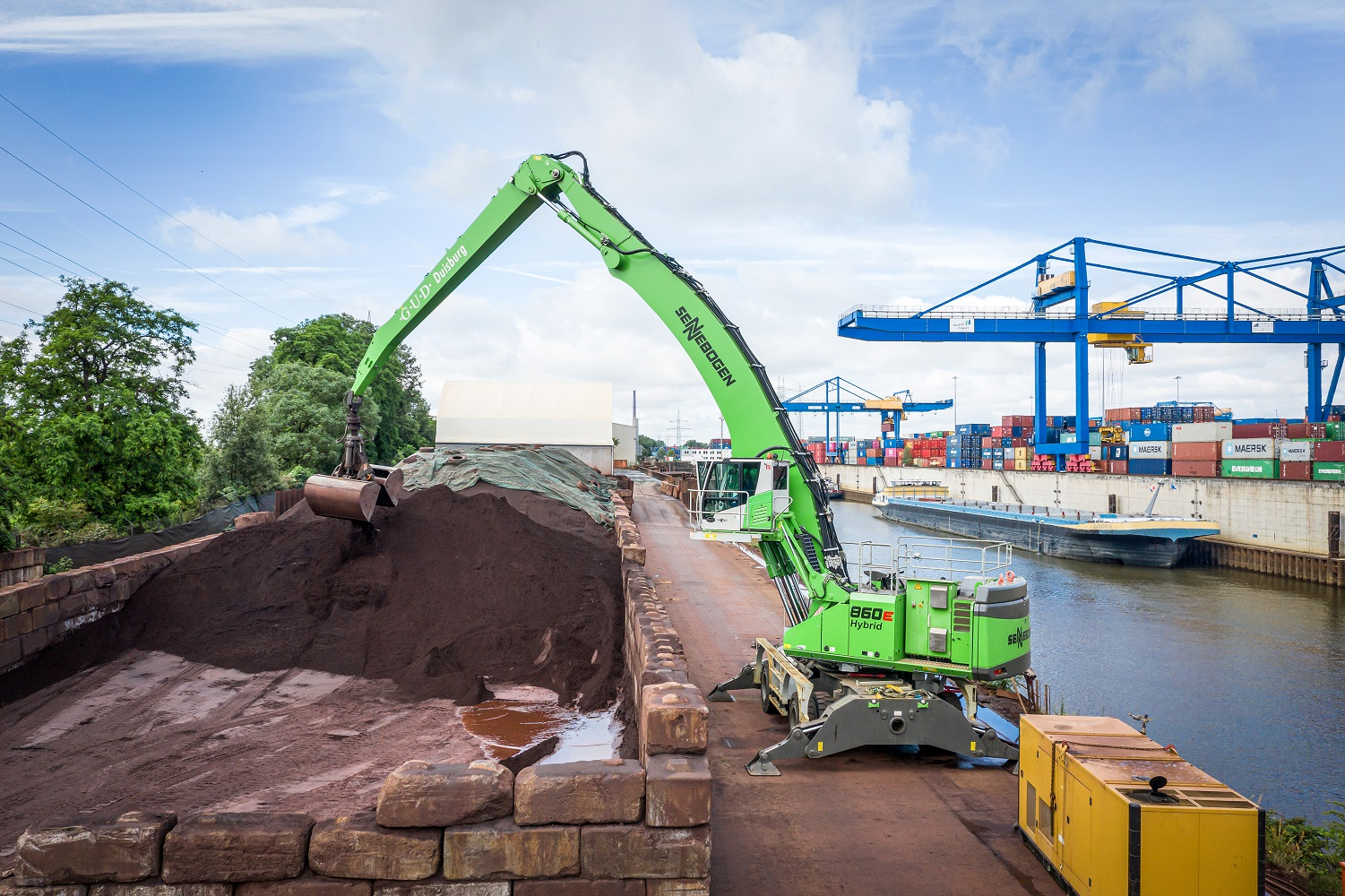 Up to 800 t per hour: When loading ships, the material handler 860 E Hybrid in the electric version offers top performance thanks to its high load capacity and 23 m of equipment length.