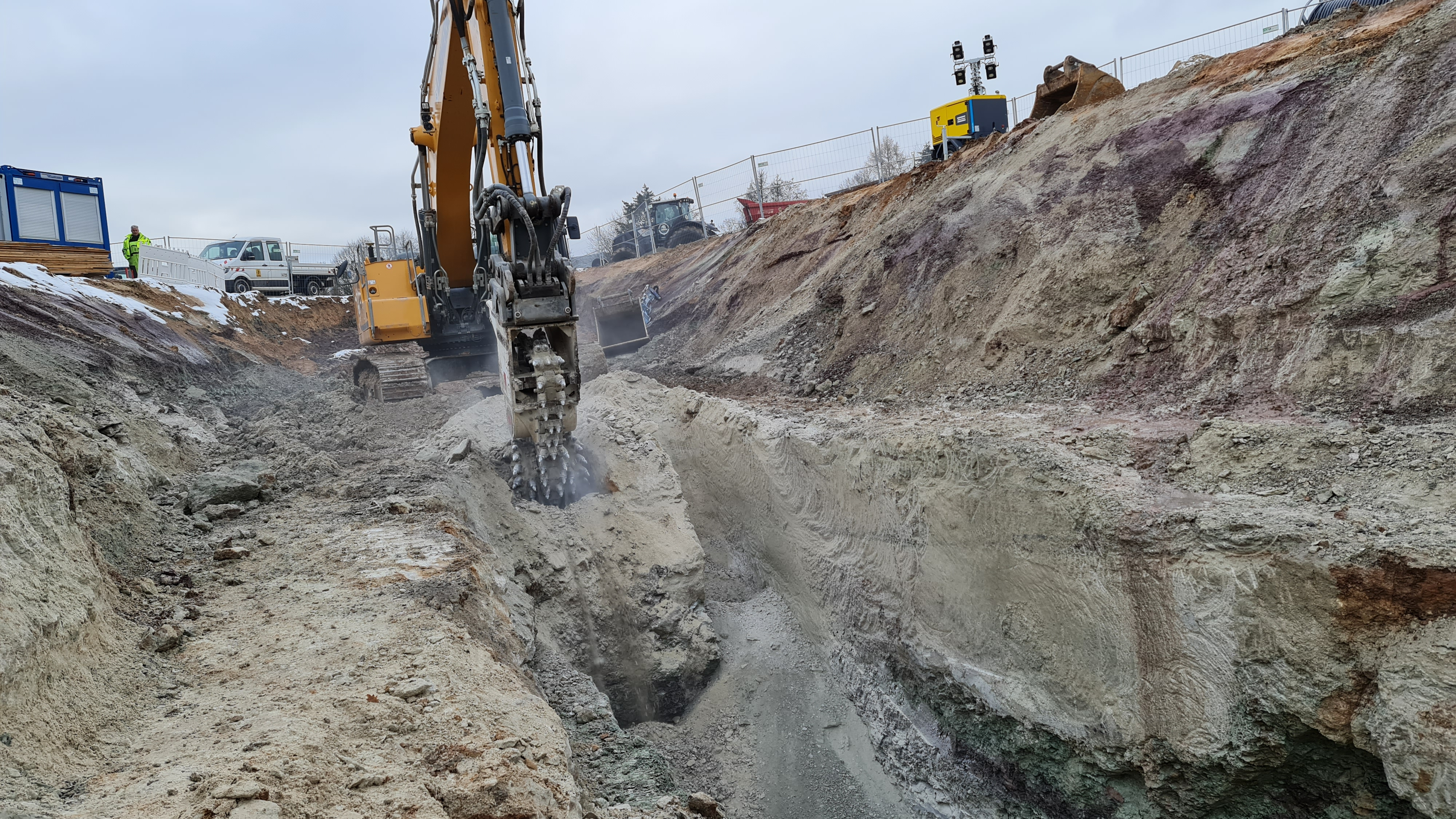 Civil engineering company BUNTE rented a 42-ton excavator with a KEMROC EK 150 chain cutter to excavate trenches in the bedrock.
