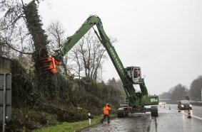 Use along the highway: The Weng Group uses a SENNEBOGEN 830 R-HDD for controlled tree felling. Even large trees can be removed quickly and safely and the traffic flows on.