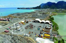 (1)On the geothermally active Lihir Island, Papua New Guinea, BAUER Engineering PNG Ltd. executed two test cut-off wall elements up to a depth of 55 m below the ground surface.