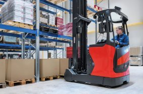 The Rack Protection Sensor (RPS) for reach trucks from Linde Material Handling detects objects that come into focus in the light beam in front of them. If an obstacle is identified, the assistance system dynamically brakes the truck, thus avoiding damage.