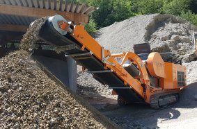 Processing of gravel with the Rockster R800 jaw crusher to 0/70 mm final product.