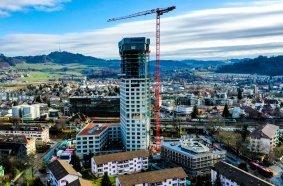 The 126.5- meter WOLFF 6031.8 Clear crane surpasses the soon-to-be 100-me- ter-high BäreTower by 26 meters.