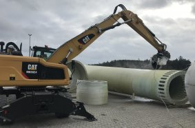 EURECUM uses a CAT MH3024 material handler with a KEMROC KDS 50 diamond saw to cut through wind turbine rotor blades. Photo: KEMROC