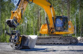 JCB 330 with engcon EC233 and EC-Oil