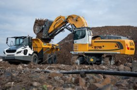 The Liebherr R 976-E electric crawler excavator replaces the ER 974 B for mine and quarry extraction.
