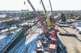 160 tonnes on the hook – bridge number 1 is suspended on the hooks of Riga Mainz's  LTM 1650-8.1 and Eisele's LTM 1500-8.1.