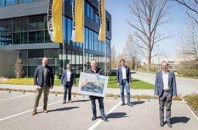 On the day of the symbolic handover, f.l.t.r.: Christoph Rieß (Hüffermann), Alexander Beck (Liebherr in Biberach), Daniel Janssen (Hüffermann), Stefan Westermann (Liebherr in Dortmund), Rupert Wieser (Liebherr in Biberach).