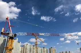 Raimondi LR273 luffing crane at work in Korea
