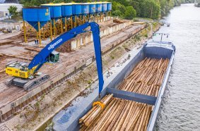 Material handler SENNEBOGEN 870 Hybrid with 25 m equipment for loading ships even at low water – particularly high stability is ensured by the heavy and wide crawler undercarriage.