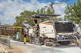 In Monsanto, the powerful Wirtgen W 380 CR with rear loading recycled the pavement to a depth of 16 cm through the addition of foamed bitumen, water and pre-spread lime.