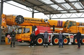 (from right) Lukas Brämer, sales representative for KranAgentur Werner; Felix Wiesbauer and the Wiesbauer crane operators Ralf Hoffman, Samuele Polidori and Jannik Weigle celebrate the handover of the new GMK5150L.