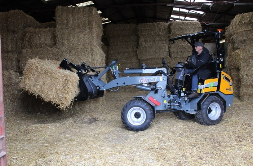 Powerful and versatile: The GIANT G2200 E X-TRA is getting fresh straw for the horse stables.