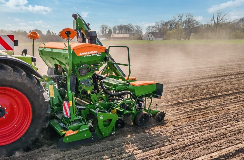 As an example, the new KE 3002-240 Rotamix can be connected to the new Precea 3000-A harrow-mounted precision air seeder via the QuickLink system with very little effort<br>Image source: AMAZONEN-WERKE H. DREYER SE & Co. KG