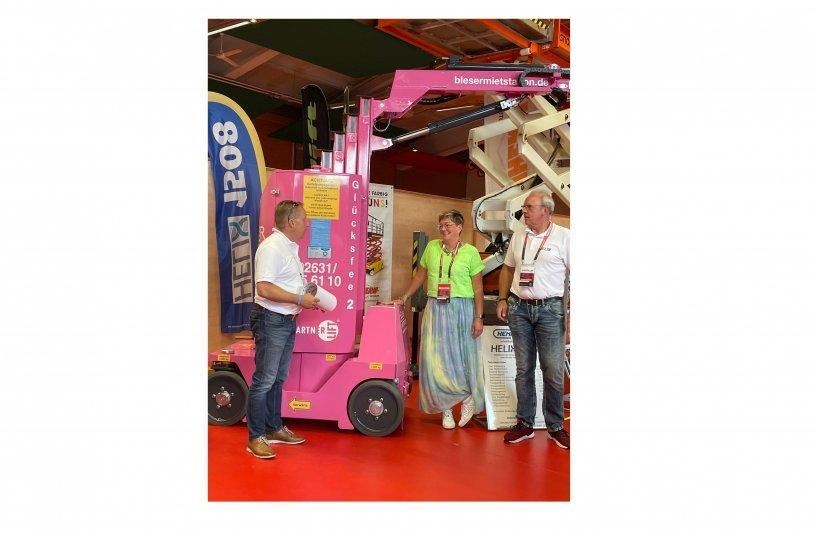 Andreas Hänel (li) und Frank Rodert (re) von Hematec, übergeben Helix 1205 an Maayke Bleser von Bleser Mietstation GmbH <br>Bildquelle: LECTURA GmbH
