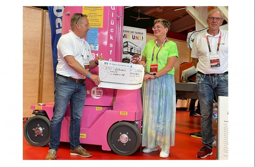 Andreas Hänel (left) and Frank Rodert (right), Hematec GmbH, hand over the donation to Maayke Bleser, Bleser Mietstation GmbH. <br> Image source: LECTURA Verlag GmbH