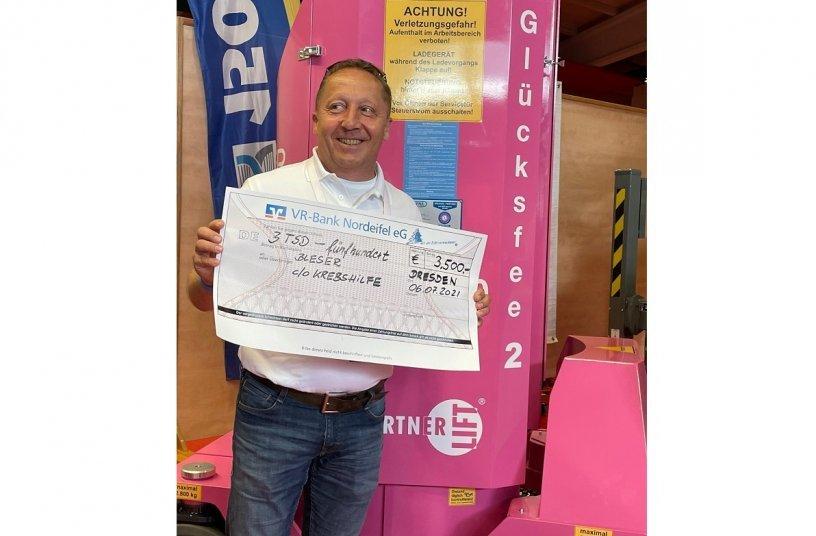Andreas Hänel krönt die Übergabe mit einer großzügigen Spende für den guten Zweck <br> Image source: LECTURA Verlag GmbH