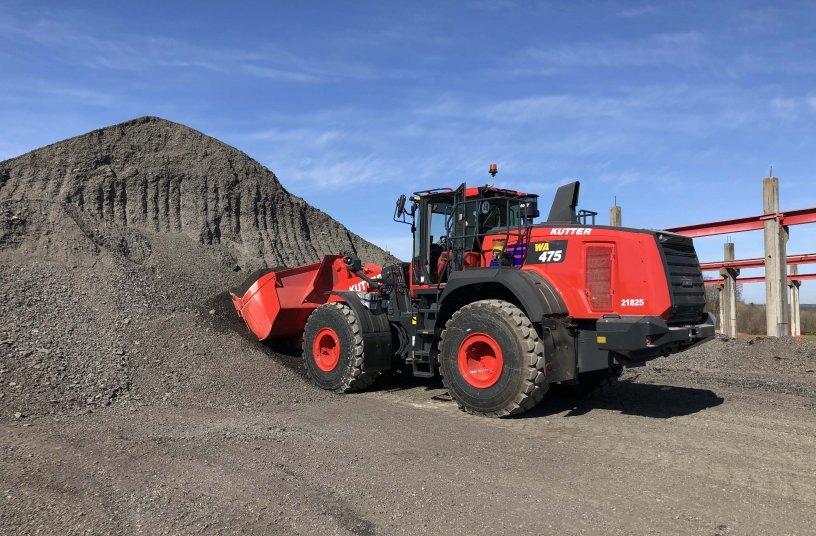 Auch zum Asphalt Fräsgut laden wird der Komatsu Radlader im Asphalt- und Betonmischwerk eingesetzt. Foto: Kuhn Baumaschinen Deutschland GmbH