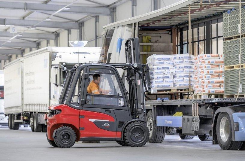 Anwender können die neuen Stapler der Baureihe Linde X20 – X35 im Traglastbereich von 2,0 bis 3,5 Tonnen auch bei Anforderungen einsetzen, bei denen herkömmliche Elektrostapler an ihre Leistungsgrenzen kamen. Dazu gehören unter anderem von den Fahrzeugen zu bewältigende Steigungen. <br>Image source: Linde Material Handling GmbH