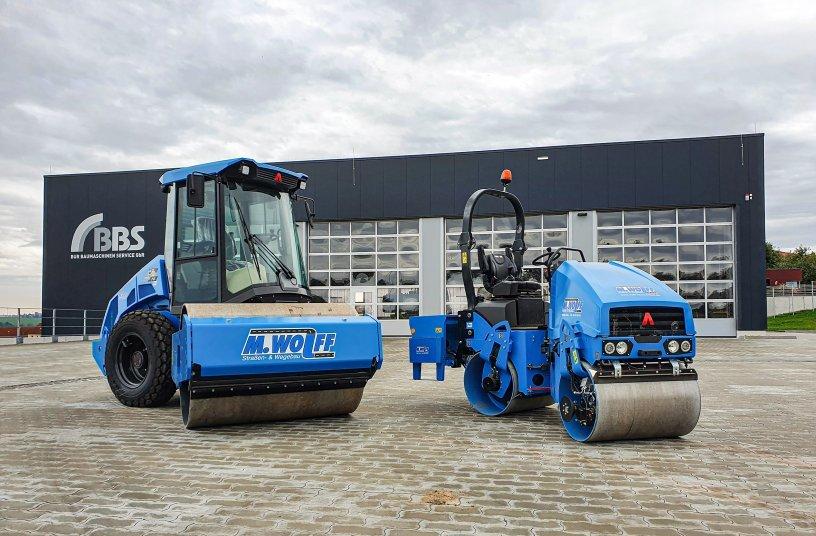 Die ersten beiden Maschinen, die BBS in seinem neu gestalteten Areal auslieferte, waren die für die Manfred Wolff GmbH, die das angelegt hat. Fotos: Ammann Verdichtung<br>SOURCE: wyynot GmbH; Ammann