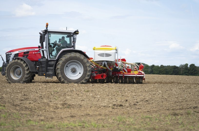 AEROSEM VT 5000 DD - compact and manoeuvrable when turning at the headland<br>IMAGE SOURCE: PÖTTINGER Landtechnik GmbH