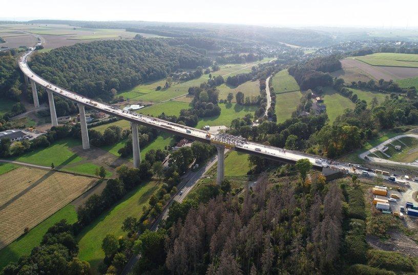 Die 785 m lange Aftetalbrücke ist das Herzstück der Bad Wünnenberger Ortsumgehung. Nach einer Bauzeit von sechs Jahren wird sie im Frühjahr 2022 für den Verkehr freigegeben.<br>Bildquelle: Doka