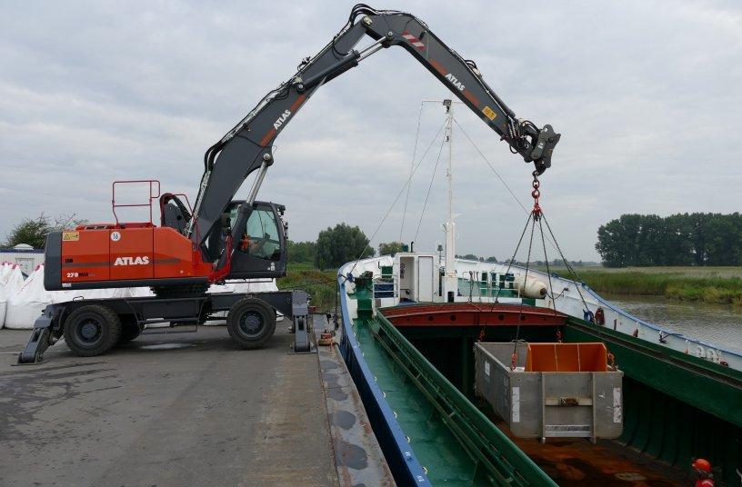 Die 30-t-Umschlagmaschine ATLAS 270 MH blue hat genügend Kraft und die präzise Steuerung um jeden Container oder Ladung (ob leicht oder schwer)  präzise zu platzieren. <br> Bildquelle: ATLAS GmbH