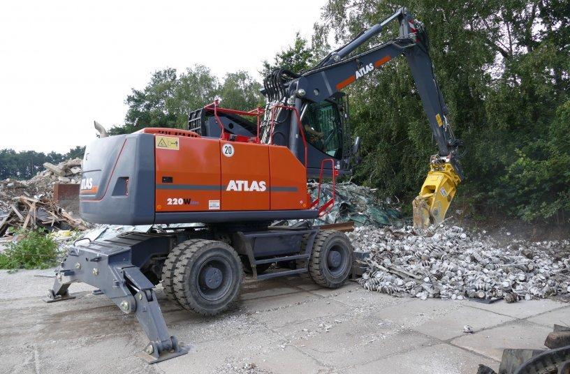 Der ATLAS 220W blue mit Liftkabine zerkleinert mit einer Betonschere präzise und kraftvoll Isolatoren.<br>BUILDQUELLE: ATLAS GmbH