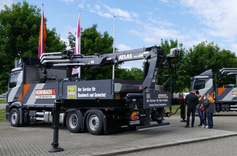 Die Hornbach Fahrer werden vor Ort in die Krantechnik eingewiesen. <br> Bildquelle: ATLAS GmbH; Teubert Kommunikation
