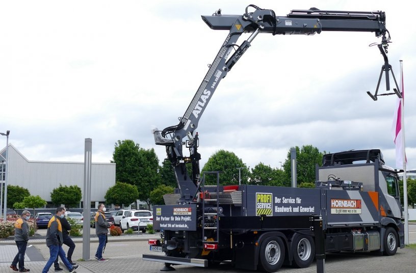 Die Hornbach Fahrer werden vor Ort in die Krantechnik eingewiesen.<br>Bildquelle: Atlas GmbH; Teubert Kommunikation