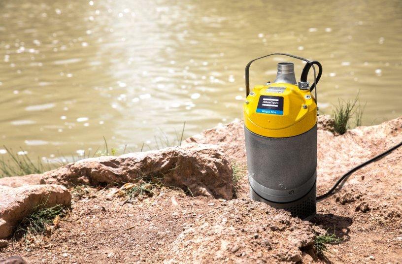 WEDA-Entwässerungspumpen wiegen bis zu 40 Prozent weniger als Konkurrenzprodukte und sind dank der kompakten Bauweise leicht zu handhaben und zu transportieren. <br> Bildquelle: Atlas Copco