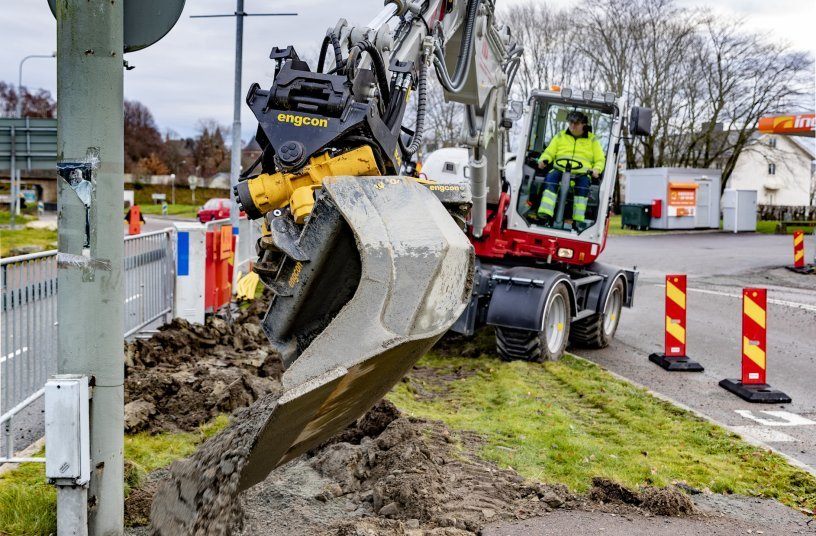 Engcon and Takeuchi expand their collaboration – Nagano factory preparing excavators for tiltrotators <br> Image source: Engcon