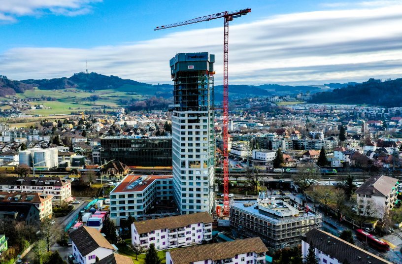 The 126.5- meter WOLFF 6031.8 Clear crane surpasses the soon-to-be 100-me- ter-high BäreTower by 26 meters.<br>Image source: Rafael Ullrich; WOLFFKRAN press office