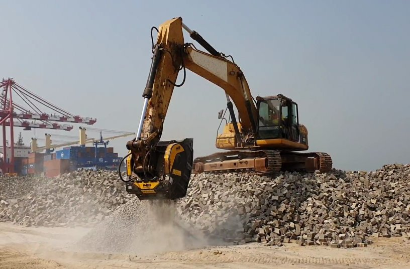 BF80.3 & Caterpillar 325DL - Guinea - Recycling - Rocks