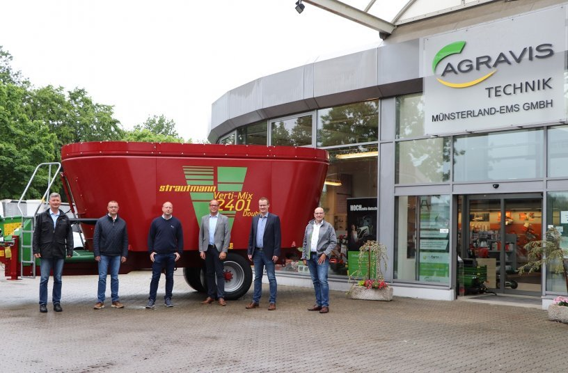 (Bild: v.l.n.r. Eilert Sommer (Standort Veldhausen), Andreas Antons (Standort Dörpen), Guido Conen (Standort Meppen), Ralf Bornemann (Geschäftsführer AGRAVIS Technik Münsterland-Ems GmbH), Felix Rademacher (Geschäftsführer B. Strautmann & Söhne GmbH u. Co. KG), Christian Jakobs (Werksvertreter B. Strautmann & Söhne GmbH u. Co. KG))<br>Bildquelle: B. Strautmann & Söhne GmbH u. Co. KG