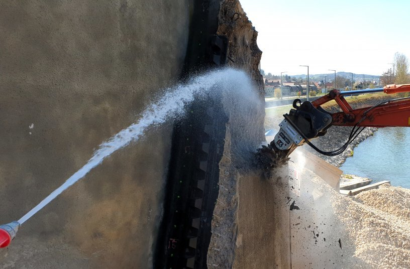 A KEMROC drum cutter working on the river barrage at Viereth on the Main. During renovation, the shape of the concrete pillars had to be changed. Photo: KEMROC