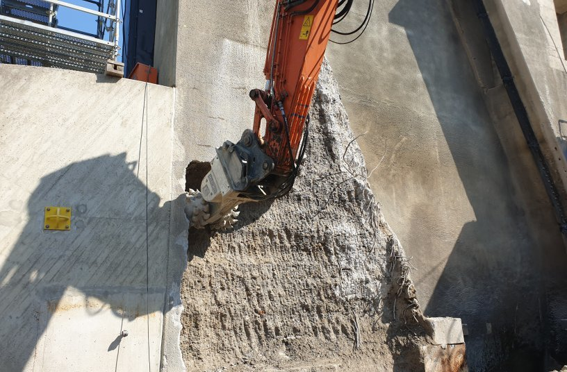 Removing concrete from the central pier. The upper section remained untouched while a 1.6 m deep layer was removed from the lower section. Photo: KEMROC