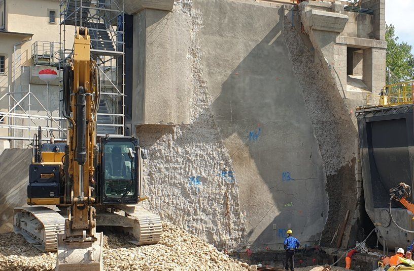 A general view of the central pillar. On the left, the original pillar before work began. On the right, the pillar after work was almost complete. Photo: KEMROC