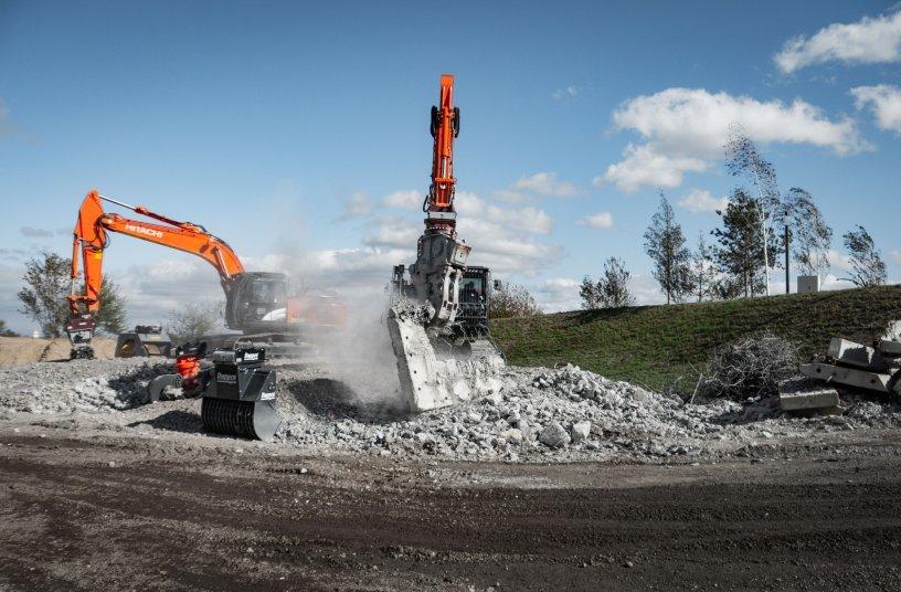 Fachbesucher erleben mineralische Aufbereitung mit den richtigenAnbaugeräten unter Anweisung. <br> Bildquelle: Coreum GmbH