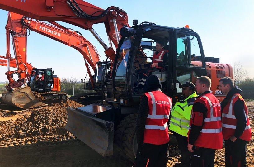 Training am Bagger: Die Mechaniker wissen jetzt, wie sie eine Maschine von A nach B sicher bewegen können. <br> Bildquelle: Coreum GmbH