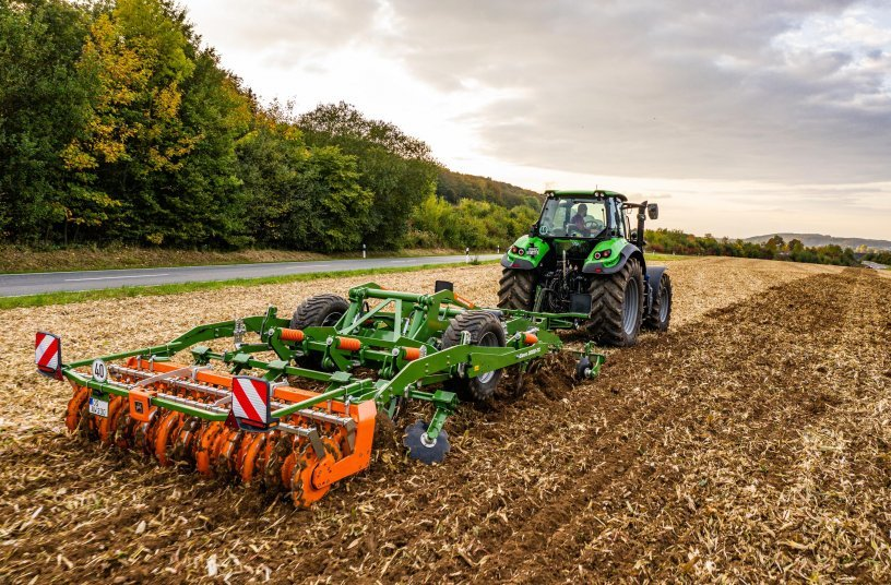 The Ceus impresses with its precision and versatility on both stubble and primary soil tillage, deep loosening and seedbed preparation, especially where large quantities of organic matter prevail.<br>Image source: AMAZONEN-WERKE H. DREYER SE & Co. KG