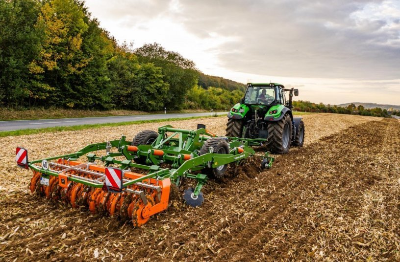 The Ceus impresses with its precision and versatility on both stubble and primary soil tillage, deep loosening and seedbed preparation, especially where large quantities of organic matter prevail. <br>Image source: AMAZONEN-WERKE H. DREYER SE & Co. KG