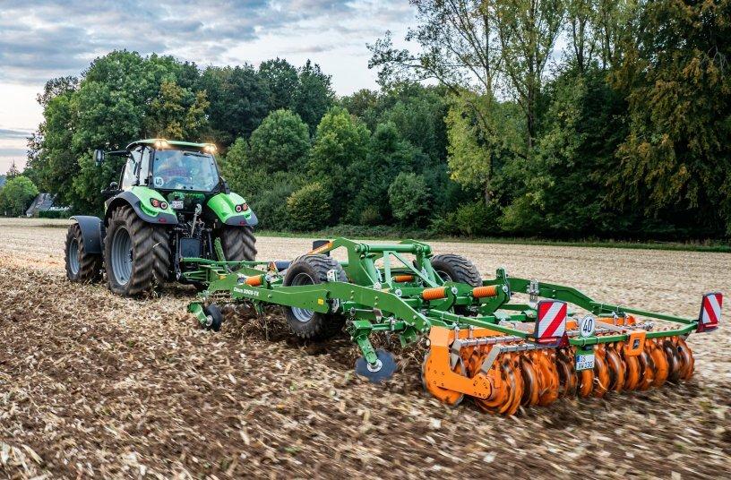 Der Ceus besitzt die ideale Werkzeugkombination für eine perfekte Feldhygiene und ein fertiges Saatbett in nur einer Überfahrt. <br> Bildquelle: AMAZONEN-WERKE H. DREYER SE & Co. KG