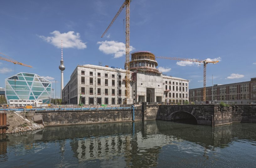 Due to the PERI solution with external CB Climbing Platforms, no facade scaffolding was required for the shell construction. For the round reinforced concrete walls of the dome, RUNDFLEX Circular Wall Formwork was used together with FB 180 Folding Platforms. <br> Image source: PERI GmbH
