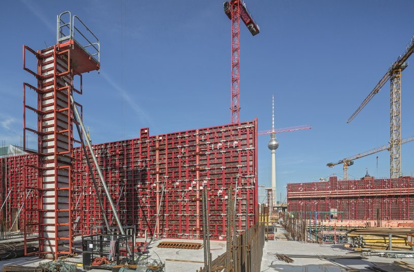 The MAXIMO Wall Formwork System and QUATTRO Column Formwork enabled the vertical reinforced concrete components to be constructed quickly and safely. <br> Image source: PERI GmbH