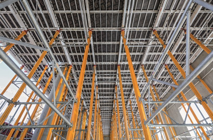Leichte und flexibel einsetzbare SKYDECK und MULTIPROP Systembauteile aus Aluminium sparten beim Schalen der Geschossdecken Zeit und Kosten.(Foto: PERI GmbH)